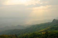Ajardine o céu da névoa e da nuvem na montanha com por do sol em tailandês Fotografia de Stock
