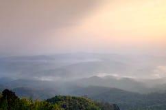 Ajardine o céu da névoa e da nuvem na montanha com por do sol em tailandês Fotografia de Stock Royalty Free