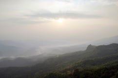 Ajardine o céu da névoa e da nuvem na montanha com por do sol em tailandês Fotos de Stock Royalty Free