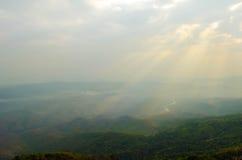 Ajardine o céu da névoa e da nuvem na montanha com por do sol em tailandês Foto de Stock
