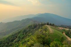 Ajardine o céu da névoa e da nuvem na montanha com por do sol em tailandês Imagem de Stock Royalty Free