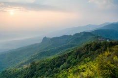 Ajardine o céu da névoa e da nuvem na montanha com por do sol no thail Imagem de Stock Royalty Free