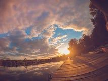 Ajardine o céu do espelho refletindo da amarração do lago no alvorecer do por do sol Imagens de Stock