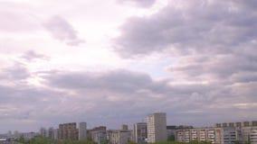 Ajardine o céu nebuloso acima da construção da cidade na área residencial video estoque