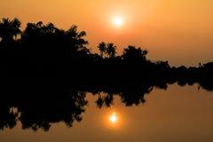 Ajardine o campo da silhueta da natureza de Tailândia perto do rio na Fotos de Stock Royalty Free