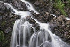 Ajardine o detalhe de cachoeira sobre rochas na exposição longa do verão Fotos de Stock Royalty Free