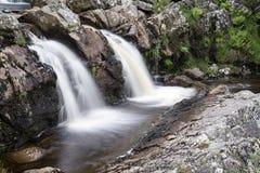 Ajardine o detalhe de cachoeira sobre rochas na exposição longa do verão Imagem de Stock Royalty Free