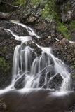 Ajardine o detalhe de cachoeira sobre rochas na exposição longa do verão Foto de Stock Royalty Free
