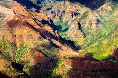 Ajardine o detalhe dos penhascos coloridos da garganta bonita de Waimea, Kau Imagens de Stock