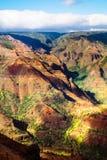 Ajardine o detalhe dos penhascos coloridos da garganta bonita de Waimea, Kau Fotografia de Stock