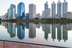 Ajardine o distrito financeiro moderno de construção de Banguecoque no alvorecer s Imagem de Stock