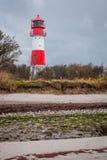 Ajardine o farol das dunas do mar Báltico em vermelho e em branco Imagens de Stock