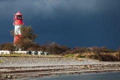 Ajardine o farol das dunas do mar Báltico em vermelho e em branco Foto de Stock Royalty Free