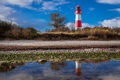 Ajardine o farol das dunas do mar Báltico em vermelho e em branco Fotografia de Stock Royalty Free