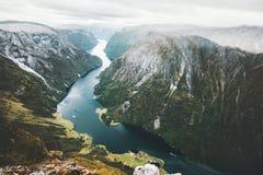 Ajardine o fiorde e as montanhas na opinião aérea de Noruega Foto de Stock