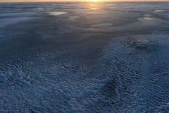 Ajardine o gelo do inverno da natureza à vista do por do sol no Golfo da Finlândia Imagens de Stock Royalty Free