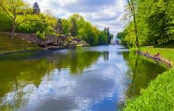 Ajardine o lago com uma reflexão do céu Imagens de Stock Royalty Free