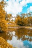 Ajardine o lago com uma reflexão do céu Fotos de Stock Royalty Free