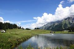 Ajardine o lago das montanhas em cumes das dolomites de Itália Trentino Imagem de Stock