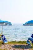 Ajardine o lago Garda com os guarda-chuvas no primeiro plano, Itália Imagens de Stock Royalty Free