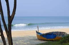 Ajardine o litoral com o barco Fotos de Stock Royalty Free