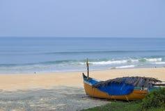 Ajardine o litoral com o barco Fotos de Stock