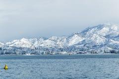 Ajardine o Mar Negro em montanhas da neve do fundo de Georgia Batumi Caucasus Imagens de Stock