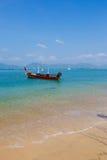 Ajardine o mar, o barco em uma baía de um chalong Imagens de Stock