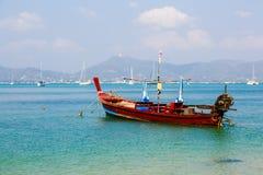 Ajardine o mar, o barco em uma baía de um chalong Imagens de Stock Royalty Free