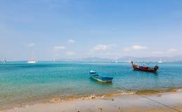 Ajardine o mar, o barco em uma baía de um chalong Fotos de Stock Royalty Free