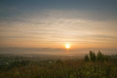 Ajardine o nascer do sol bonito no Mountain View e no céu Foto de Stock Royalty Free