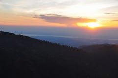 Ajardine o nascer do sol da montanha com o nevoento em Kyaikhtiyo, Myanmar Imagem de Stock