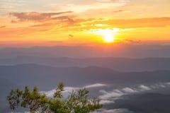 Ajardine o nascer do sol no Mountain View na montanha do dao do samer, província de Nan, Tailândia Fotografia de Stock
