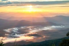 Ajardine o nascer do sol no Mountain View na montanha do dao do samer, província de Nan, Tailândia Fotografia de Stock Royalty Free