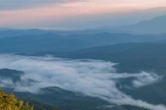 Ajardine o nascer do sol no Mountain View na montanha do dao do samer, província de Nan, Tailândia Fotos de Stock