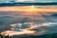 Ajardine o nascer do sol no Mountain View na montanha do dao do samer, província de Nan, Tailândia Imagens de Stock