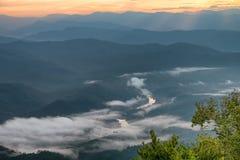 Ajardine o nascer do sol no Mountain View na montanha do dao do samer, província de Nan, Tailândia Imagens de Stock Royalty Free