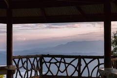 Ajardine o nascer do sol no Mountain View na montanha do dao do samer, província de Nan, Tailândia Imagem de Stock