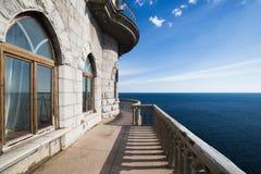 Ajardine o ninho Crimeia da andorinha do castelo e o mar azul profundo Imagens de Stock