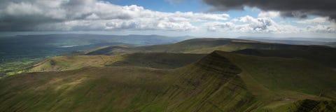 Ajardine o panorama da cimeira de Cribyn da montanha do Pena-y-fã em B Fotografia de Stock Royalty Free