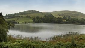 Ajardine o panorama do lago com a Rolling Hills no fundo Imagens de Stock