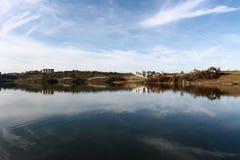 Ajardine o panorama impressionante do parque do ablero da árvore dos montes da montanha da reflexão do céu das árvores do lago al Fotografia de Stock Royalty Free