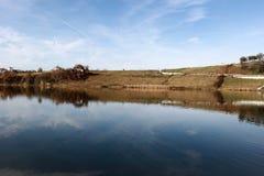 Ajardine o panorama impressionante do parque do ablero da árvore dos montes da montanha da reflexão do céu das árvores do lago al Imagem de Stock Royalty Free