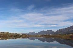 Ajardine o panorama impressionante do parque do ablero da árvore dos montes da montanha da reflexão do céu das árvores do lago al Imagens de Stock Royalty Free