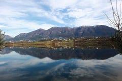 Ajardine o panorama impressionante do parque do ablero da árvore dos montes da montanha da reflexão do céu das árvores do lago al Foto de Stock Royalty Free