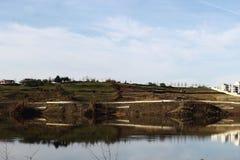 Ajardine o panorama impressionante do parque do ablero da árvore dos montes da montanha da reflexão do céu das árvores do lago al Imagem de Stock