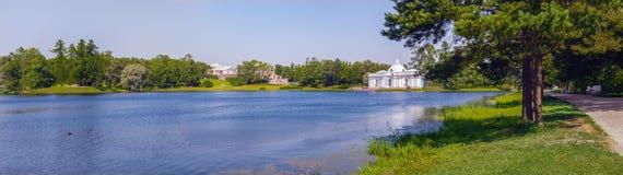 Ajardine o panorama que negligencia a grande lagoa e os marcos arquitetónicos em Catherine Park em Tsarskoe Selo Pushkin Fotos de Stock