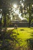 Ajardine o parque no banco do Daugava do rio em Riga Fotografia de Stock
