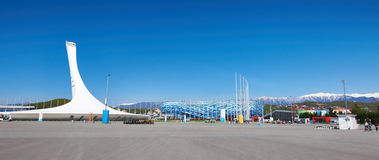 Ajardine o parque olímpico de Sochi no céu ensolarado azul Fotografia de Stock