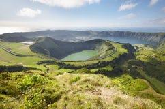 Ajardine o ponto de vista com os lagos na ilha de Miguel do Sao açores Por Fotografia de Stock Royalty Free